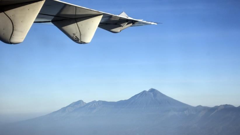 Melihat Keindahan Gunung Rinjani dari Dalam Pesawat