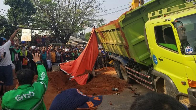 Foto Kecelakaan Maut Truk Pengangkut Tanah Timpa Mobil Sigra, 4 Orang Tewas