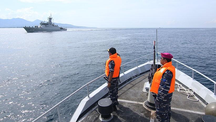 Prajurit TNI AL Selamatkan Korban Perahu Tenggelam di Selat Sele Sorong